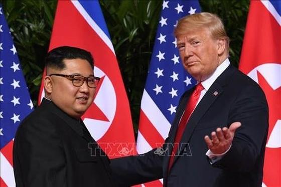 Tổng thống Mỹ Donald Trump (phải) và nhà lãnh đạo Triều Tiên Kim Jong Un tại cuộc gặp ở Singapore ngày 12-6-2018. Ảnh: TTXVN