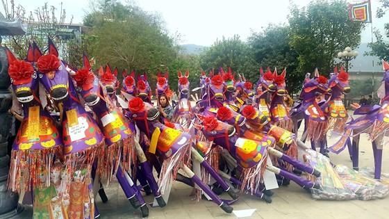"""""""Choáng"""" với đàn ngựa giấy khổng lồ ở đền Bảo Hà ảnh 1"""