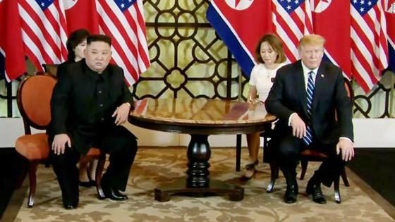 Tổng thống Donald Trump và nhà lãnh đạo Kim Jong-un bắt đầu ngày làm việc thứ hai ảnh 6