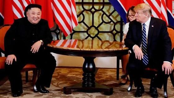 Tổng thống Donald Trump và nhà lãnh đạo Kim Jong-un bắt đầu ngày làm việc thứ hai ảnh 7