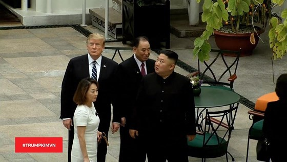 Tổng thống Donald Trump và nhà lãnh đạo Kim Jong-un bắt đầu ngày làm việc thứ hai ảnh 5