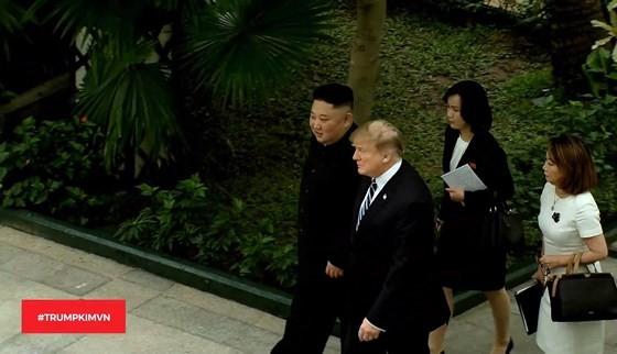Tổng thống Donald Trump và nhà lãnh đạo Kim Jong-un bắt đầu ngày làm việc thứ hai ảnh 1