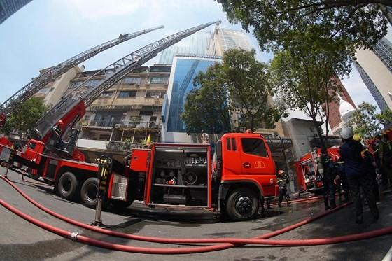 Đang cháy lớn tại Hàng Dương Quán quận 1, nhiều người bỏ chạy ảnh 15