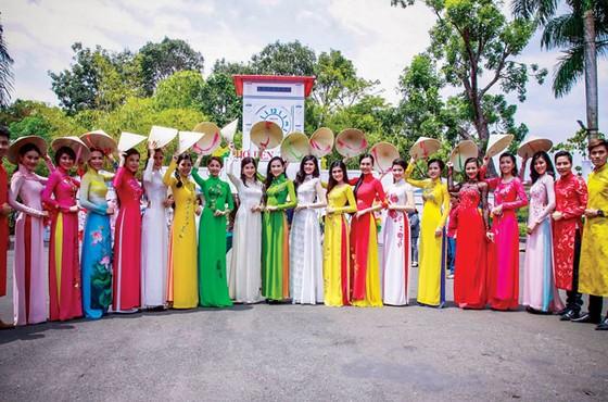 Lan tỏa vẻ đẹp áo dài Việt ảnh 1