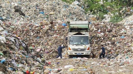 Rác chất thành núi tại Bãi Nhát