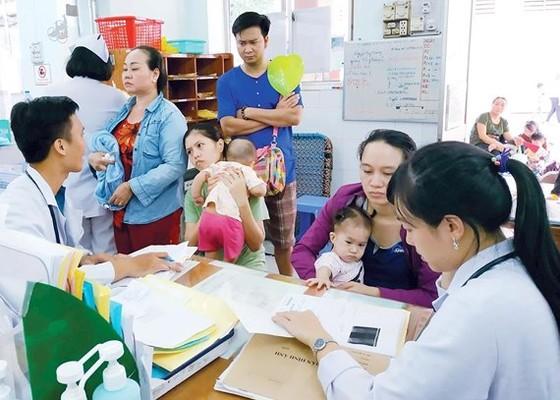 Bác sĩ thăm khám bệnh nhi gặp vấn đề hô hấp tại Bệnh viện Nhi đồng 1 TPHCM