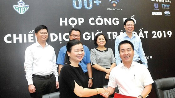 Ban Tổ chức ký kết với những công ty tài trợ Khởi nghiệp Ý tưởng xanh. Ảnh: CAO THĂNG