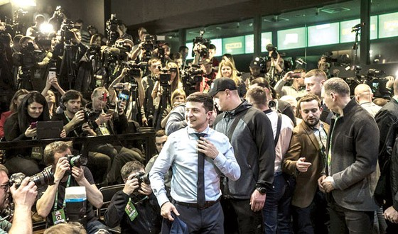 Bầu cử Tổng thống Ukraine vòng 1 Diễn viên hài Vladimir Zelensky tạm chiếm ưu thế ảnh 1
