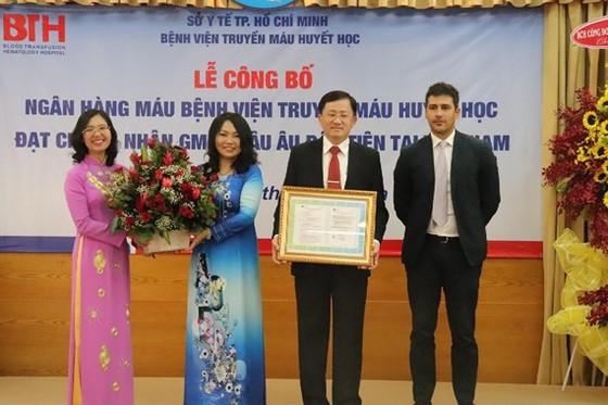 Đại diện công ty Octapharma trao giấy chứng nhận GMP Châu Âu cho BV Truyền máu Huyết học