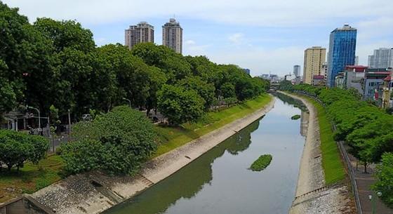 Sông Tô Lịch đã được kè rất đẹp nhưng luôn trong tình trạng ô nhiễm nặng