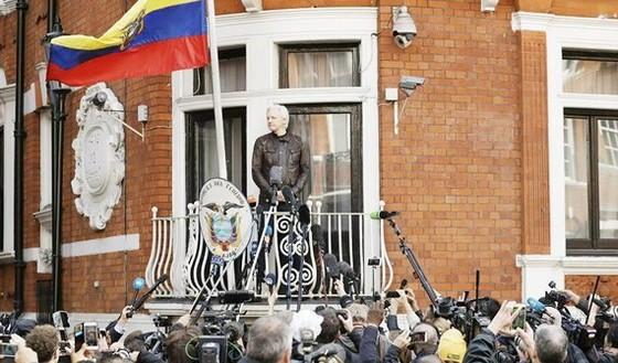 Julian Assange phát biểu với truyền thông từ ban công Đại sứ quán Ecuador ở London, Anh, ngày 19-5-2017. Ảnh: AP