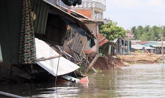 Người dân hoảng loạn tháo chạy trong đêm do sạt lở ven bờ sông Ô Môn ảnh 2