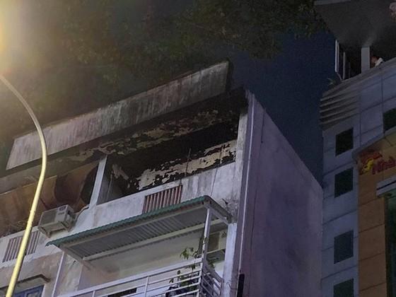 Ngọn lửa phát ra từ tầng 5 của căn nhà. Ảnh: C.T.
