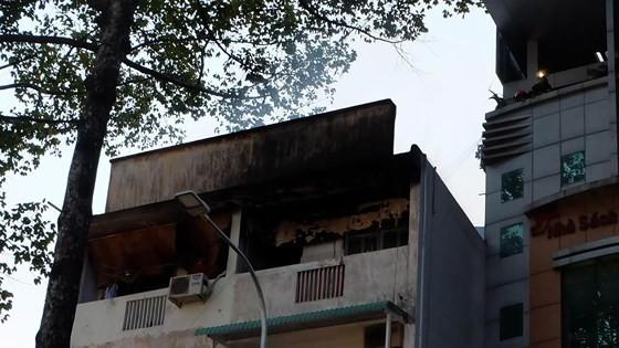 Giải cứu 3 người trong vụ cháy nhà ở quận 3 ảnh 3