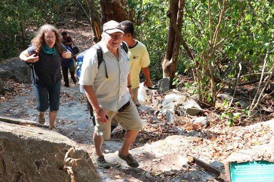 Ông bà Gunter Mairhormann băng rừng khám phá Vườn quốc gia Côn Đảo.