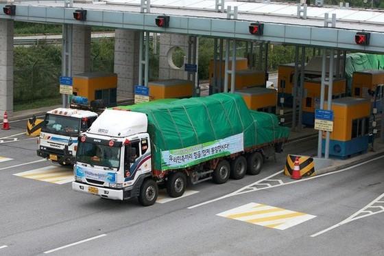 Các chuyến xe chở gạo từ Hàn Quốc đi qua biên giới sang Triều Tiên. Ảnh: NEW YORK TIMES