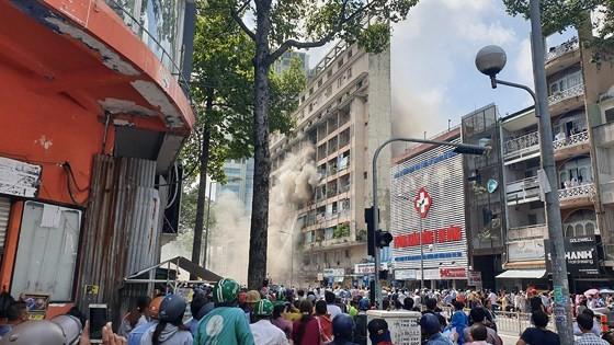 Giải cứu gần 30 người mắc kẹt trong đám cháy ký túc xá ở TPHCM ảnh 12