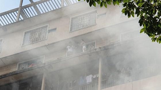 Giải cứu gần 30 người mắc kẹt trong đám cháy ký túc xá ở TPHCM ảnh 3