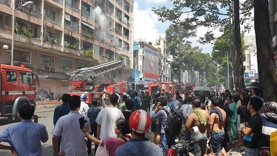 Giải cứu gần 30 người mắc kẹt trong đám cháy ký túc xá ở TPHCM ảnh 11