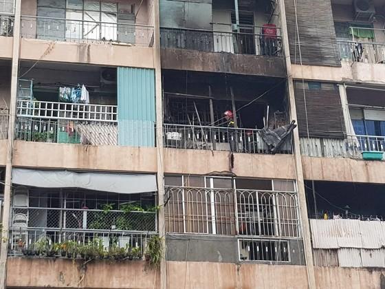 Giải cứu gần 30 người mắc kẹt trong đám cháy ký túc xá ở TPHCM ảnh 2
