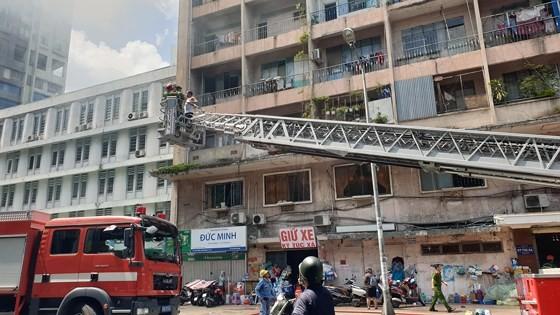Giải cứu gần 30 người mắc kẹt trong đám cháy ký túc xá ở TPHCM ảnh 5