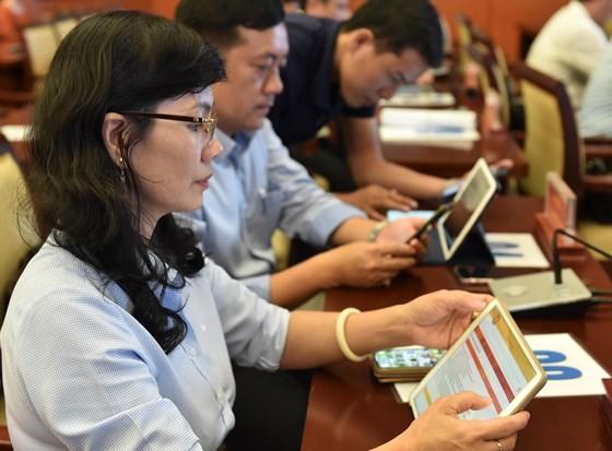 Kỳ họp HĐND TPHCM đầu tiên ứng dụng 'không giấy' ảnh 1