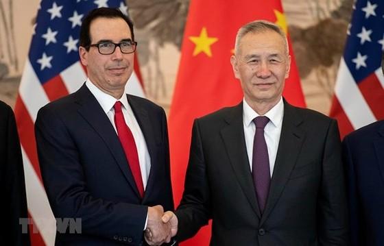 Phó Thủ tướng Trung Quốc Lưu Hạc (phải) và Bộ trưởng Tài chính Mỹ Steven Mnuchin (trái) trong cuộc gặp tại Bắc Kinh, Trung Quốc ngày 29-3-2019. Ảnh: AFP/TTXVN