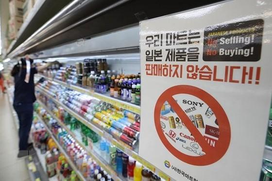 Bảng thông báo không bán không mua các sản phẩm từ Nhật Bản tại một siêu thị ở Seoul, Hàn Quốc. Ảnh: AFP/TTXVN