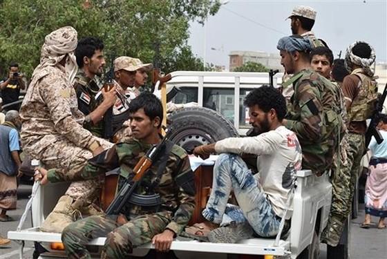 Lực lượng trung thành với nhóm gọi là Hội đồng Chuyển tiếp miền Nam (STC) gác tại Aden, Yemen. Ảnh: THX/TTXVN