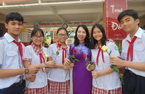 Cô Huỳnh Thị Xuân, Phó Hiệu trưởng Trường THCS Hoàng Hoa Thám (quận Tân Bình) và học trò