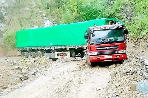Tỉnh lộ 127 nối 2 huyện Nậm Nhùn - Mường Tè, tỉnh Lai Châu bị ách tắc do sạt lở đất