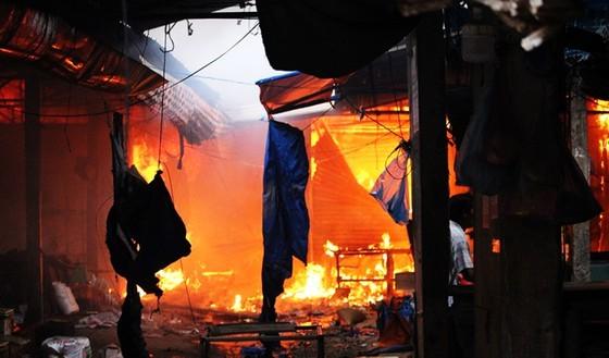 Chợ Mộc Bài cháy dữ dội, hàng trăm tiểu thương 'chết điếng' ảnh 4