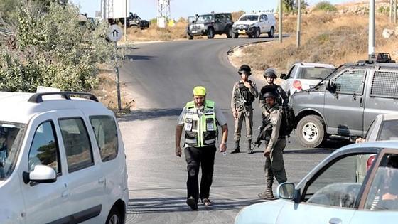Binh sĩ Israel phong tỏa một con đường khu Bờ Tây để lùng bắt các tay súng Palestine Ảnh: REUTERS