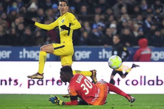 Angel Di Maria (trái) ghi bàn vào lưới Strasbourg. Ảnh: Getty Images.