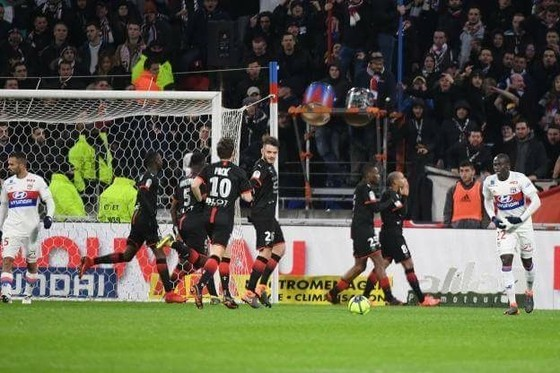 Các cầu thủ Rennes ăn mừng chiến thắng ngay trên sân Lyon