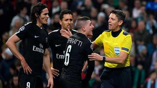 Trọng tài Gianluca Rocchi (phải) xử lý nhiều tình huống gây ức chế cho các cầu thủ PSG. Ảnh: Getty Images