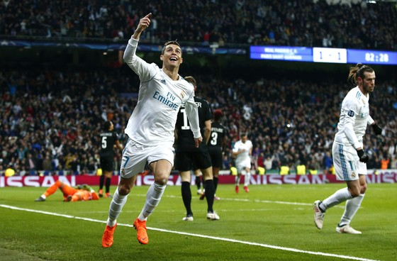 Cristiano Ronaldo ăn mừng bàn thắng thứ 2 cho Real Madrid