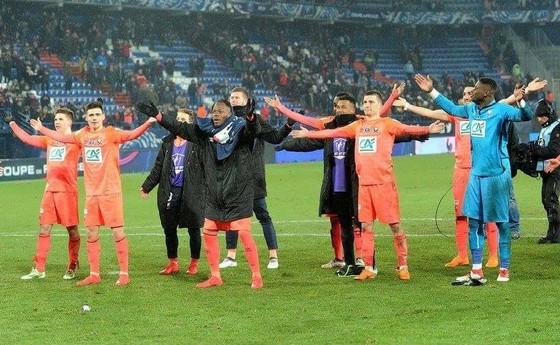 Các cầu thủ Caen ăn mừng chiến thắng trước Lyon ở Cúp Quốc gia.