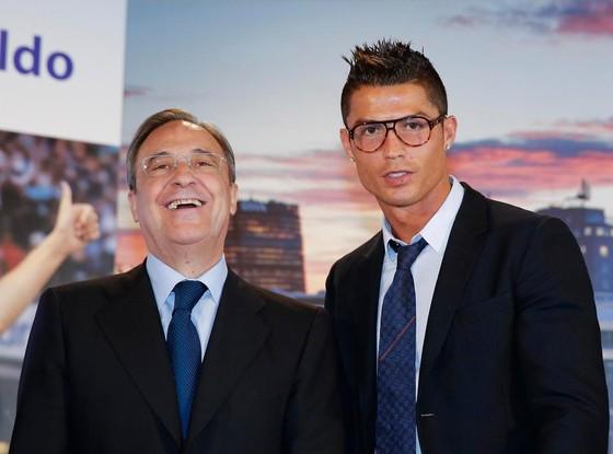 Chủ tịch Florentino Perez và Ronaldo.