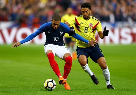 Kylian Mbappe (trái, Pháp) đi bóng trước hậu vệ  Colombia. Ảnh: Getty Images.