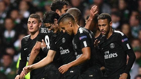 Các cầu thủ PSG ăn mừng bàn thắng