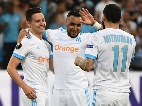 Payet (giữa), Thauvin (trái) ăn mừng chiến thắng trước Salzburg