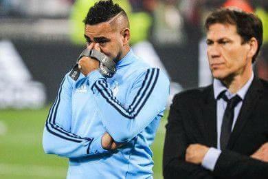 Dimitri Payet rơi nước mắt bên cạnh HLV Andy Garcia.