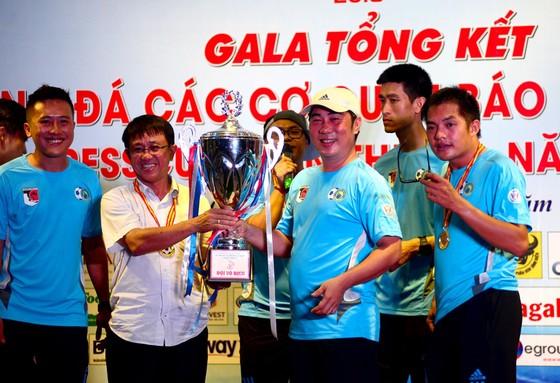 BTC trao Cúp vô địch cho CLB Phóng viên Thể thao TPHCM