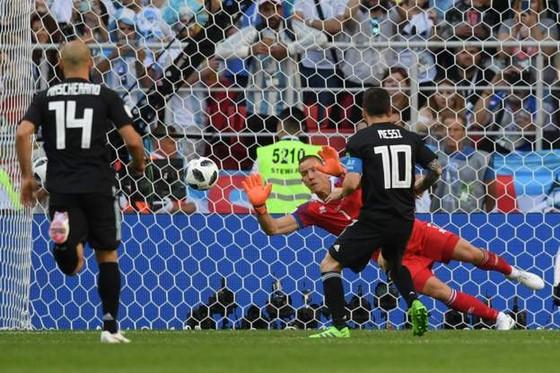Argentina - Iceland 1-1: Messi đá hỏng phạt đền trước các chiến binh Băng đảo ảnh 4