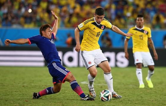 James Rodriguez (phải, Colombia) đi bóng qua hậu vệ Nhật