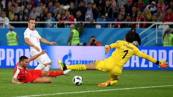 Xherdan Shaqiri ghi bàn quyết định cho Thụy Sĩ.