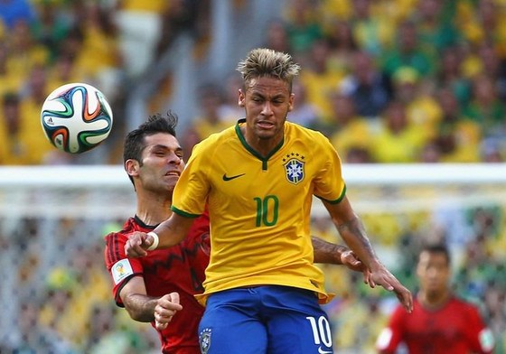 Neymar vượt qua trung vệ Rafael Marquet (Mexico)