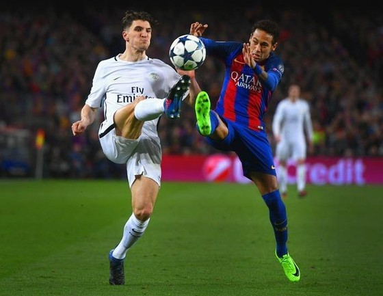 Thomas Meunier (PSG) tranh bóng với Neymar (Barcelona) ở Champions League.