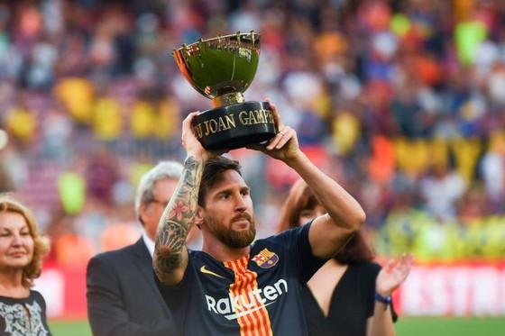 Messi giương cao chiếc cúp Joan Gamper ở Camp Nou.